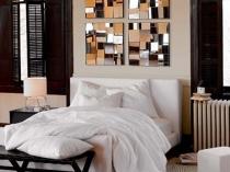 Зеркальные мозаичные панно на стене спальни