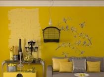 Удачное сочетание желтых обоев и серой мебели