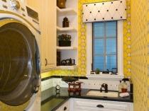 Желтые обои в маленькой кухне для увеличения пространства
