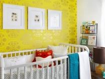 Яркие желтые обои в детской комнате