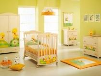 Отделка стен детской нежными желто-зелеными обоями