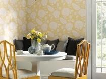 Стены теплого желтого оттенка с белыми цветами