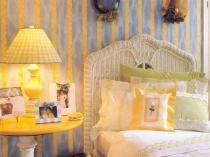 Использование желтых в полоску обоев в декоре спальни