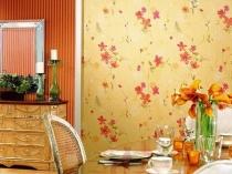 Кухня в стиле прованс с желтыми с цветами обоями