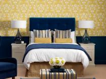 Классическое сочетание синего и желтого цвета в отделке стен спальни