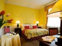 Выбор ярко-желтого цвета для оформления стен большой спальни