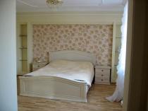 Обои с золотом и цветочным рисунком на стене спальни