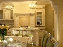 Классический стиль оформления кухни с золотистыми обоями