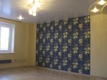 Стена комнаты с сине-золотыми обоями с крупным рисунком