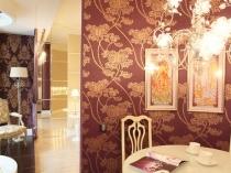 Зонирование комнаты при помощи темных с золотом обоев