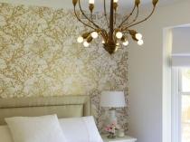 Акцент на стену с бело-золотыми обоями в светлой спальне