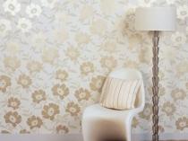 Цветочные белые с золотом обои в комнате