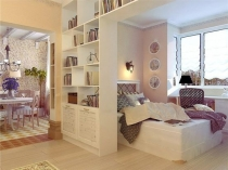 Книжный шкаф для зонирования пространства гостиной-спальни