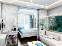 Зонирование спальни-гостиной при помощи стеклянной раздвижной перегородки
