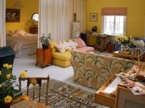Отделение спальной зоны шторами в гостиной