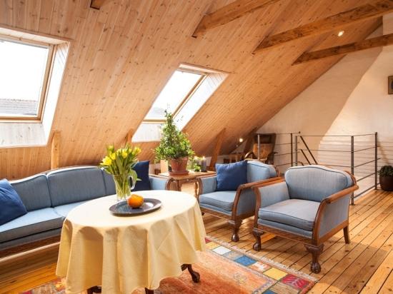 гостиная на мансарде деревянного дома