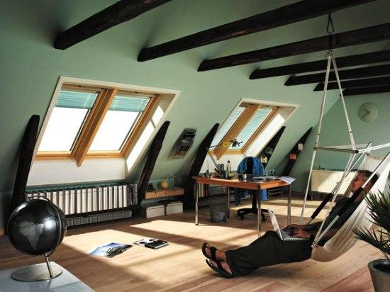внутренний дизайн мансарды оформленной под мужской кабинет