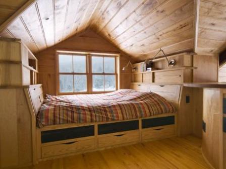 дизайн спальни с мансардной крышей в деревянном доме