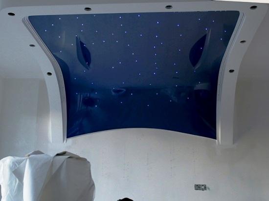 интересная идея оформления мансарды натяжным потолком