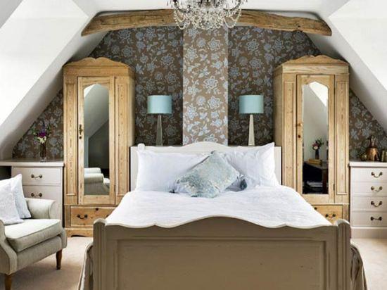 красивый дизайн спальни мансардного типа