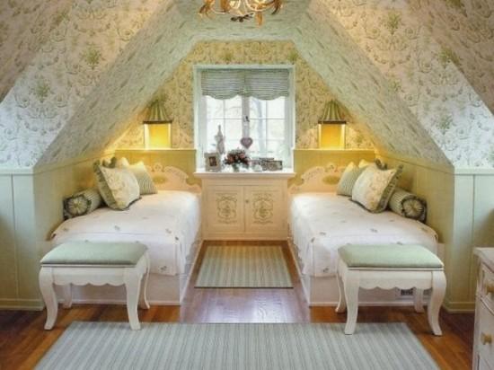 романтичный дизайн спальни второго этажа с мансардной крышей