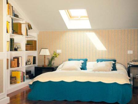 фото интерьера спальни мансардного типа со встроенными полками