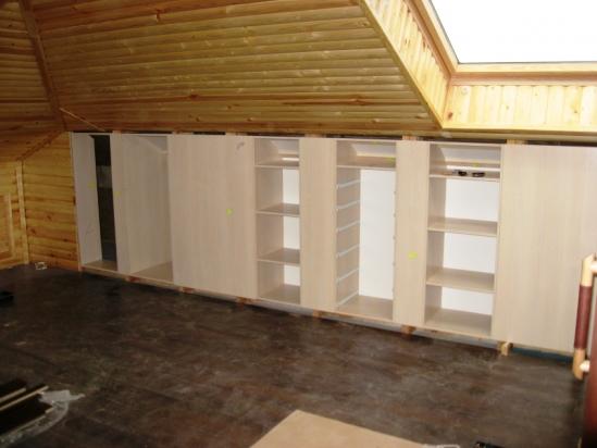стропильная конструкция мансарды, позволяющая оборудовать у стен места хранения
