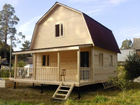 Дом с ломаной двускатной крышей