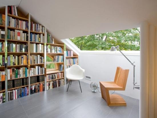Рабочий кабинет и библиотека на мансарде