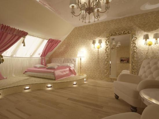 оформление спальни на мансарде в классическом стиле