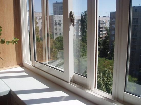Раздвижные окна на балконе с выносом