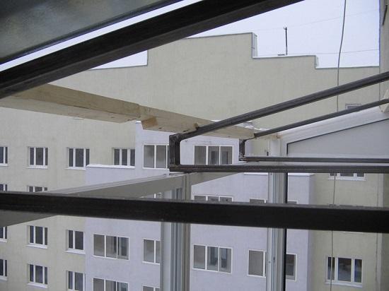 Особенности монтажа крыши на остекленном выносном балконе