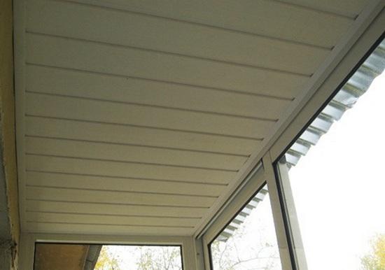 Крыша балкона обшитая изнутри пластиковой вагонкой