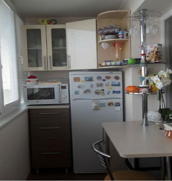 Еще один вариант размещения кухни на балконе