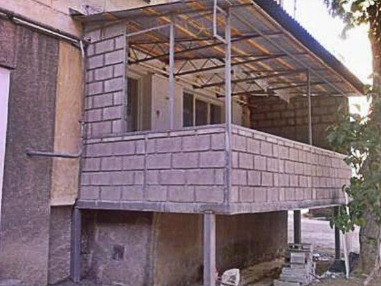 Балкон своими руками на сваях