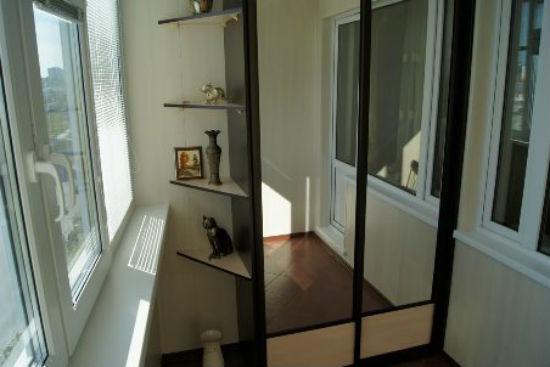 Оригинальный зеркальный шкаф для балкона