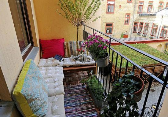 Украшение открытого балкона цветами