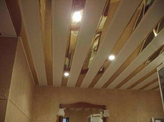 Оригинальный потолок  из пластиковых реек