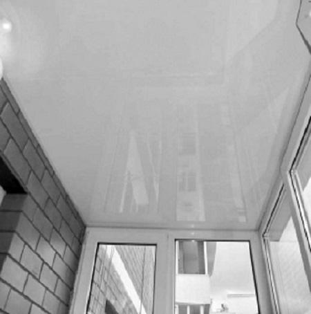 Белый натяжной потолок на балконе