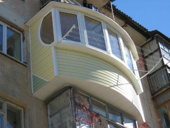 Оригинальный пример облицовки балкона сайдингом
