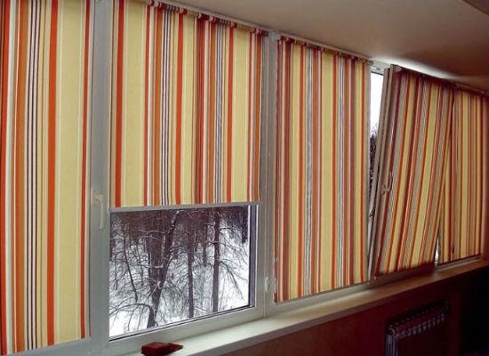 Рулонные шторы хорошо затеняют балкон