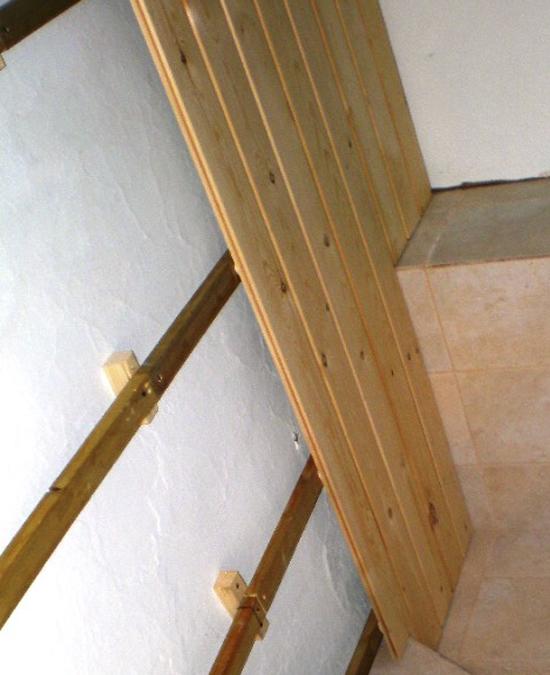 Монтаж планок вагонки к каркасу на стене лоджии