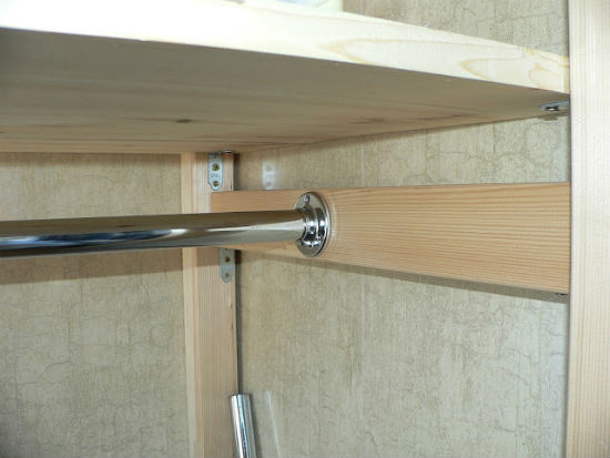 Крепление штанги для вешалок в шкаф на лоджии
