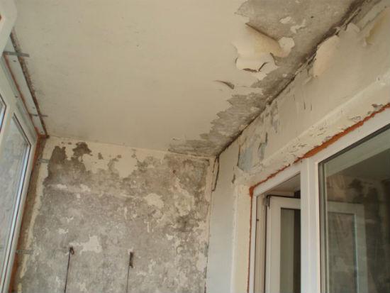 Очистка потолка, стен и швов лоджии от штукатурки