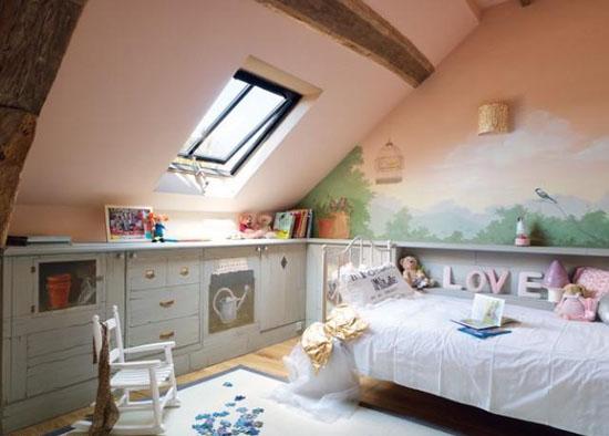 Расположение мебели в детской комнате на мансарде