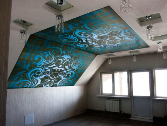 Натяжной потолок с цветной вставкой на мансарде