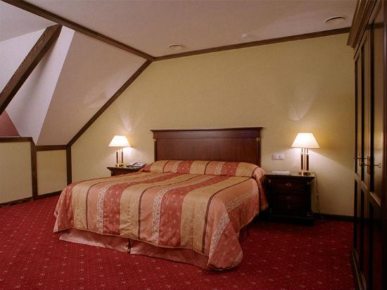 Потолок на мансарде из гипсокартона с плинтусами