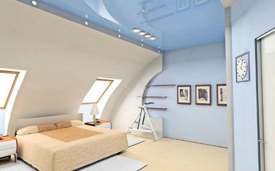 Дизайн потолка мансарды в холодных оттенках