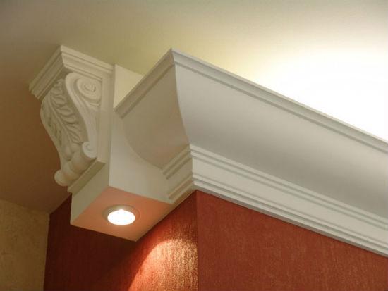 Широкий потолочный плинтус с подсветкой