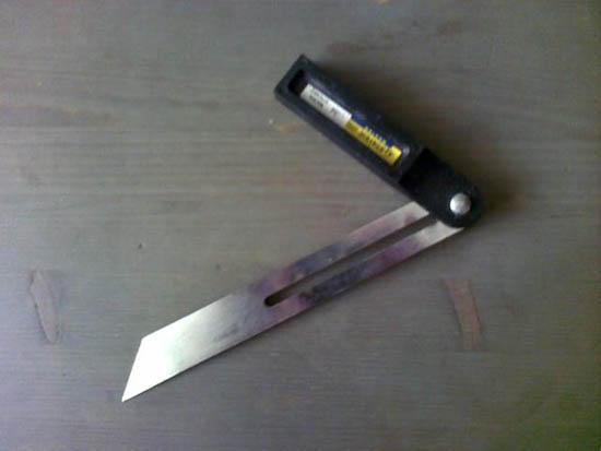 Инструмент для обрезки неровного угла плинтуса